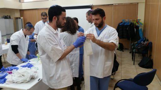 סדנת חבישות ותפרים למתנדבי ארגוני החירום במיון יד שרה